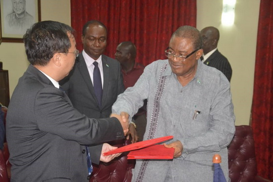 Ambassador Wu Peng handing over documents to Sierra Leone's Agriculture Minister, Prof. Monty Jones